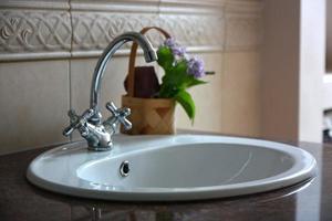 robinet dans la salle de bain de luxe photo