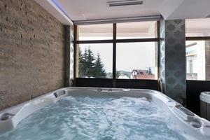 bain à remous dans le centre de spa photo