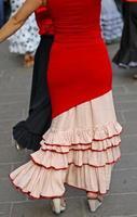 expert des danseurs et danse espagnole avec des costumes d'époque élégants photo