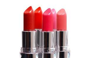 cinq rouges à lèvres sur blanc photo