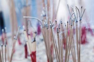 bâtons d'encens dans un sanctuaire bouddhiste photo