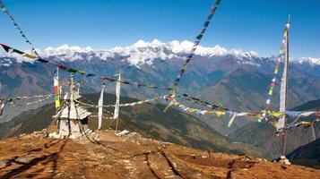 langtang à ganesh himal avec stupa et drapeaux de prières