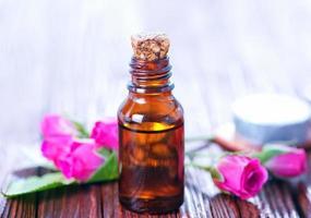 huile de rose en bouteille photo