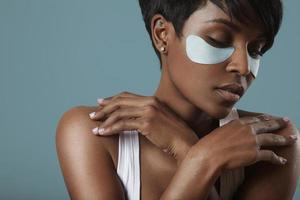 concept de soins de la peau avec un patch oculaire photo