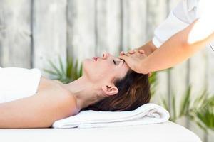 brune recevant un massage du front