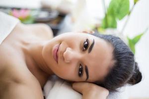 jolie jeune femme ayant un massage photo