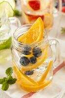 eau de spa avec des fruits sur un fond