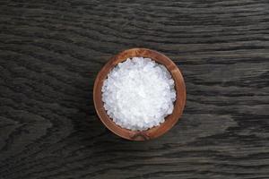 sel de mer dans un bol en bois pour cuisiner ou spa photo