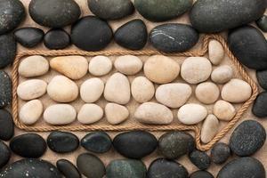 pointeur en corde avec des pierres blanches et noires
