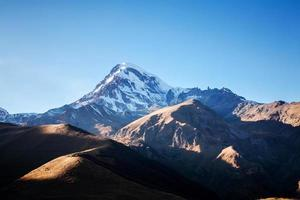 Mont kazbek dans les montagnes du Caucase photo