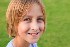 beau écolier caucasien aux cheveux longs en plein air photo