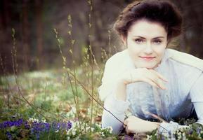 romantique femme caucasienne en tenue vintage. style rétro photo