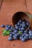 bleuets mûrs biologiques frais dans un bol en bois photo