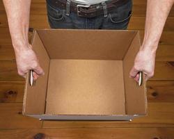 homme tenant une boîte vide photo