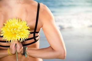 belle femme caucasienne, souriant à la plage