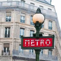 Signe de métro pour le métro à Paris, France photo