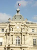 immeuble du sénat au jardin du luxembourg (paris) photo
