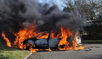voiture en feu photo