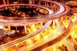 jonction de la route surélevée de shanghai et viaduc de l'échangeur la nuit photo