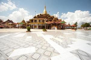 Pagode hpaung daw u dans le lac inle, myanmar. photo