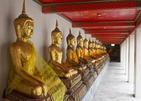 rangée de bouddhas photo