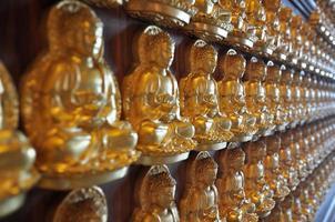 millions de statue de Bouddha en or dans le temple chinois nonthaburi