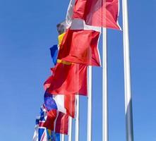 les drapeaux flottent dans le vent