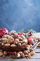 variété de noix avec coquilles dans un bol photo