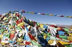 drapeaux de prières bouddhistes au tibet photo