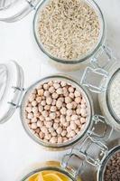 aliments sains: ingrédients dans le garde-manger photo