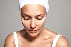 traitement du visage, crème pour les yeux, image gros plan photo