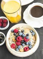 breakfast.muesli avec framboise, myrtille et groseille, café et photo
