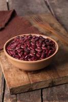 haricots rouges dans un bol en céramique photo