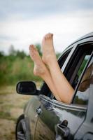 jambes de la femme par la fenêtre de la voiture. photo