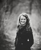 sourire mignon jamais. cheveux bouclés jeune femme. photo