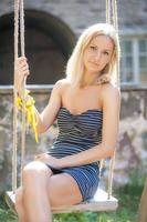 belle jeune fille se balançant sur une balançoire