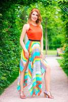 fille heureuse lumineuse posant dans une robe