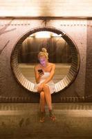 jeune femme à l'aide de téléphone intelligent sur banc. photo