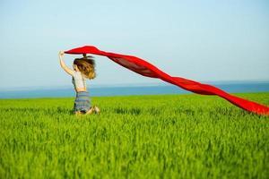 jeune femme heureuse dans le champ de blé avec du tissu. mode de vie d'été photo