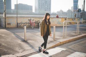 jeune belle femme asiatique hipster