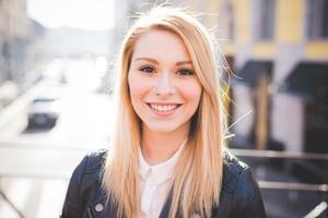 jeune belle blonde cheveux raides femme