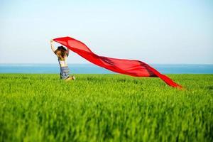 jeune femme heureuse dans le champ de blé avec du tissu. mode de vie d'été