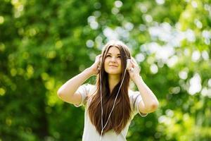 jeune femme se concentrant sur sa musique photo
