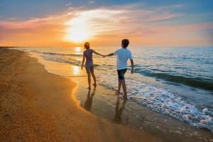 garçon et fille sur la plage photo