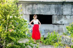 mannequin attrayant près de mur de briques photo