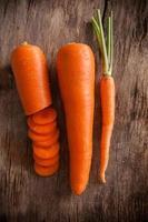 carottes sur un fond en bois photo