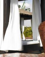 détail de la terrasse de l'hôtel avec des lits et des plantes