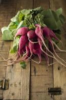 radis frais sur table en bois photo