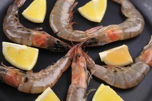 crevettes crues sur poêle au citron. photo
