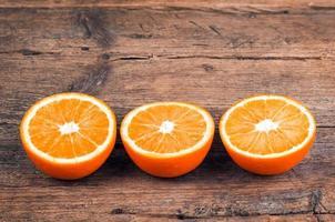 oranges fraîches sur fond de bois photo